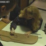 Rebecca Holden beim Unterschreiben