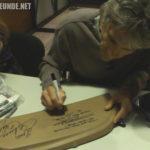 Michael Scheffe beim Unterschreiben