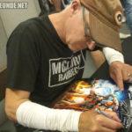 Marc McClure beim Unterschreiben