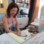 Claudia Wells beim Schreiben der Rechnung