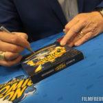 Tom Wilson beim Unterschreiben