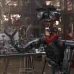 Das Original mit Halstuch und Spielzeugrobotern im Film