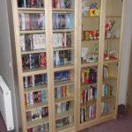 DVD-Regal (links) jetzt im Schlafzimmer