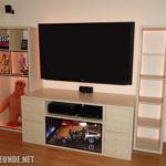 """Die Wohnzimmerwand (der TV hat 65""""/165 cm Bild-Diagonale)"""